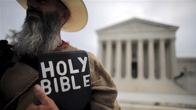 Un manifestant pro-vie tient une bible devant la Cour Suprême du Canada
