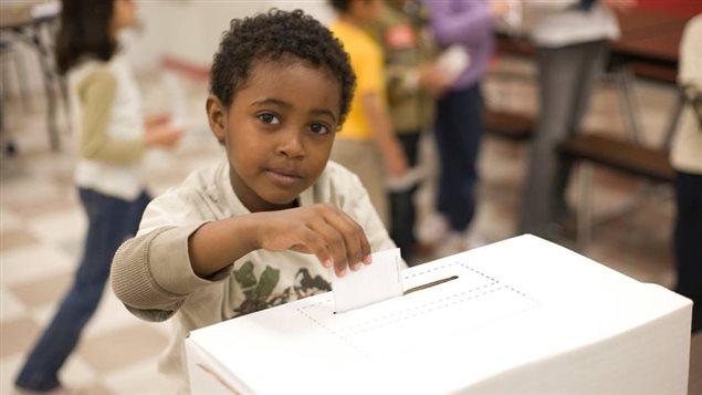 Un jeune participant au programme 'Vote étudiant' de CIVIX