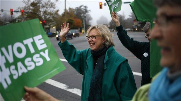 La chef du Parti vert, Elizabeth May, commence sa journée en saluant des automobilistes de la région de Saanich, au coin des rues Quadra et de l'avenue McKenzie, à Victoria.