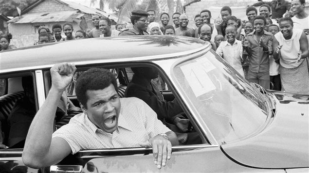 Mohamed Ali s'adresse à ses partisans pendant un tour de ville en voiture de Kinshasa, un mois et demi avant son combat contre George Foreman.