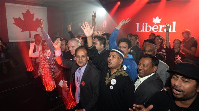 Des militants libéraux célèbrent la victoire de Justin Trudeau à Montréal.
