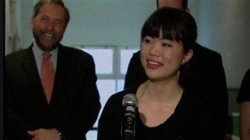 刘舒云与站在身后的新民主党党领袖穆凯尔。
