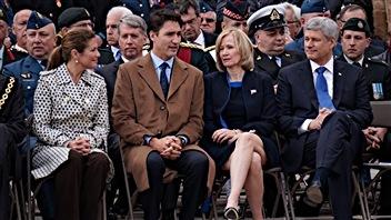 Justin Trudeau et l'ancien premier ministre canadien Stephen Harper en novembre 2015 ( trois semaines après sa défaite électorale )au pied du Monument commémoratif de guerre du Canada.