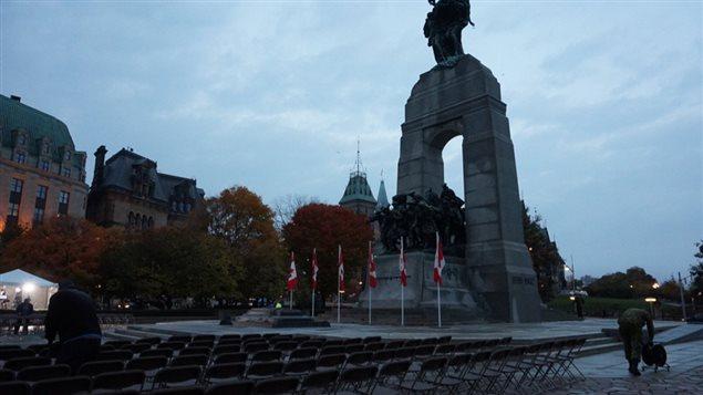 Les préparatifs sont en cours au Monument de la guerre en vue de la cérémonie de 11 h.