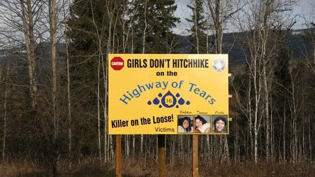 Une enseigne recommande aux femmes de ne pas faire d'auto-stop sur la route 16 Photo : Betsy Trumpener