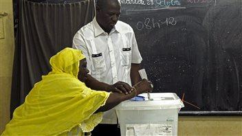 Une femme vote à Abidjan, le 25 octobre 2015.