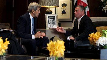 Le secrétaire d'État américain John Kerry s'entretient avec le roi Abdallah de Jordanie, à Amman, le 24 octobre 2015.