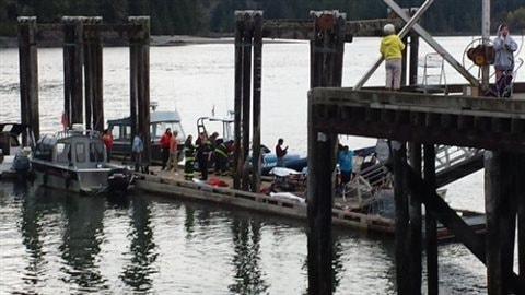 Des secouristes dimanche sur un quai près de Tofino