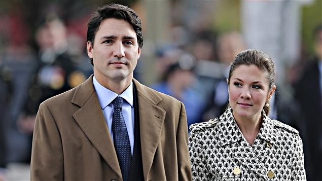 Le premier ministre désigné, Justin Trudeau, et sa femme, Sophie Grégoire, lors de la cérémonie au Monument commémoratif de guerre. (22-10-15)