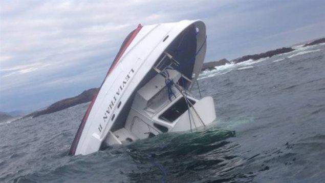 Cette photo du naufrage du Levithian II a été prise par Albert Titian, de la Première Nation Ahousaht, qui est venu à la rescousse en bateau. Photo : Albert Titian /Facebook