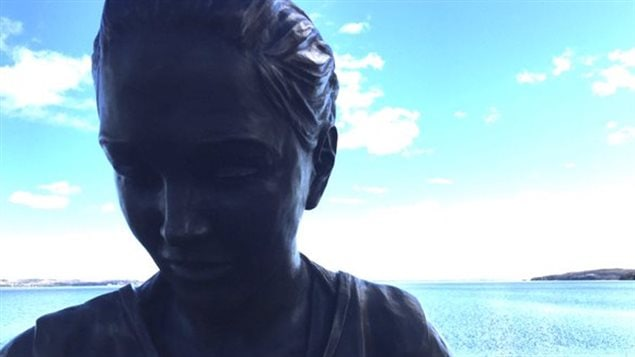 La statue de Shannen Koostachin au bord de la rivière Ottawa à New Liskeard