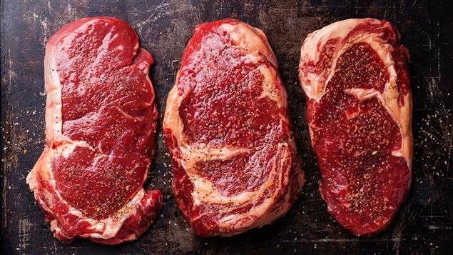 Trois pièces de viande de boeuf.