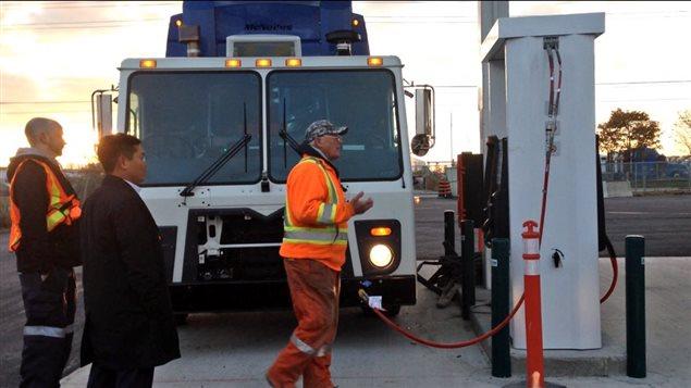 Un camion fait le plein de gaz naturel à Mississauga.