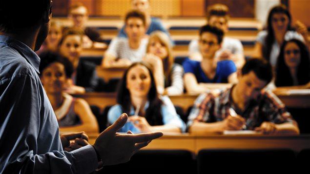Un professeur enseigne dans un amphithéâtre