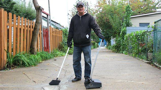 Gaétan Gagnon est un résident de Pointe-Saint-Charles, à Montréal, qui prend soin de son quartier.