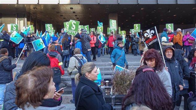 Des manfiestants du SFPQ bloquent l'accès au palais de justice de Montréal.