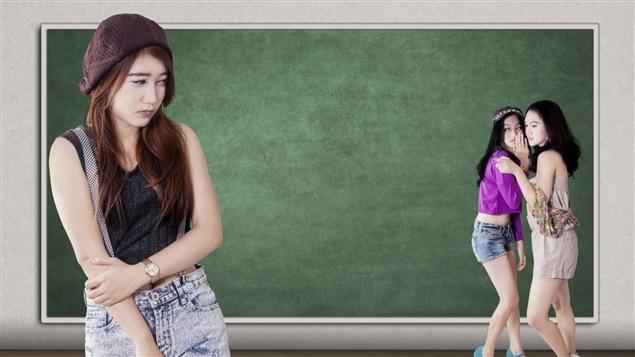 Deux jeunes filles m�disent � l'endroit d'une autre.