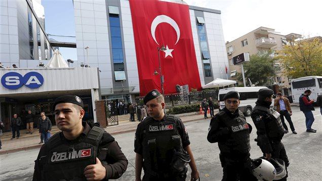 Des policiers anti-émeutes devant les locaux de certains médias d'opposition en octobre 2015