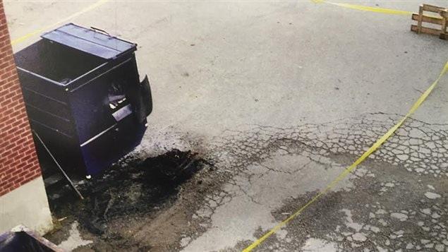 Les restes calcinés de la valise qui contenait la victime, au pied d'un conteneur à ordures à Vaughan.