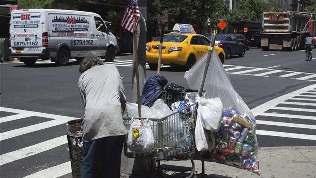 Un monsieur à la recherche de canettes dans les rues de New York