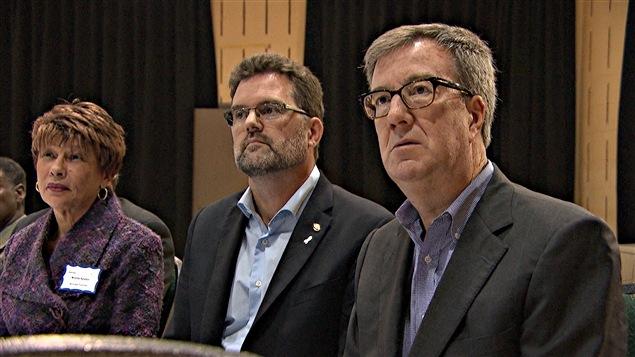 Le maire de Gatineau, Maxime Pedneaud-Jobin (au centre) et son homologue d'Ottawa, Jim Watson. (29-10-15)