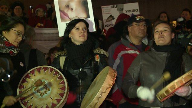 Des centaines de personnes ont participé à la vigie organisée à Montréal en l'honneur des femmes autochtones.