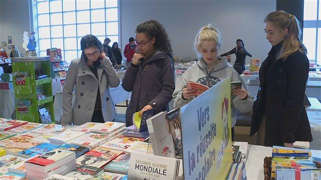 Le Salon du livre offre plusieurs livres en français.