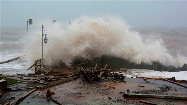 La tempête cause des dommages à la promenade de Percé.