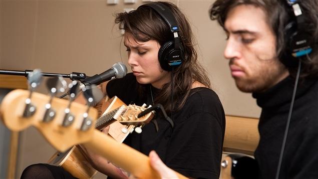 Rosie Valland chante une pièce tirée de son album <i>Partir avant</i>, écrit après une rupture amoureuse.