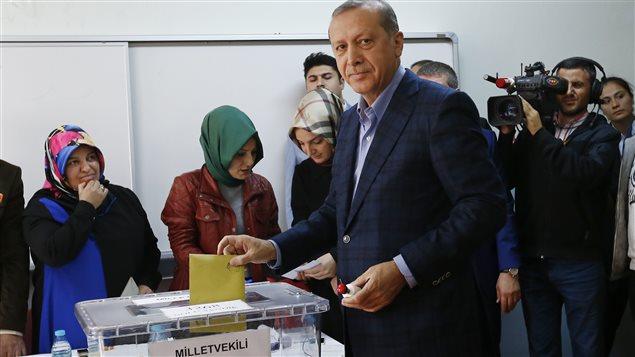 Le président Recep Tayyip Erdogan au moment de son vote le 1er novembre 2015