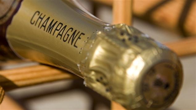Une bouteille de champagne qui attend d'être sabrée!