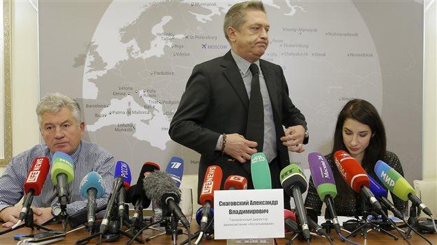 Les dirigeants de la compagnie Kogalymavia/Metrojet en conférence de presse, à Moscou (de g. à dr. : le directeur adjoint Alexander Smirnov, le pdg Alexander Snagovsky, la représentante Oxana Golovina)