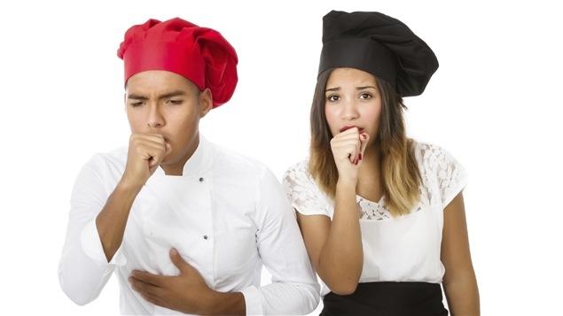 Deux cuisiniers toussent.