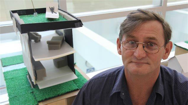 Marcel Paul pose devant la maquette de sa maison rêvée.