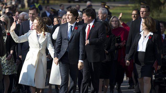 Justin Trudeau en compagnie de sa femme Sophie Grégoire et des futurs ministres libéraux.