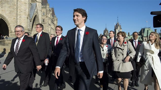 Le premier ministre, Justin Trudeau arrive avec son nouveau cabinet sur la colline parlementaire à Ottawa.