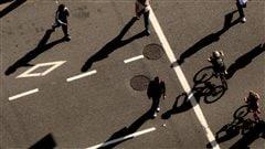 Des piétons dans la rue