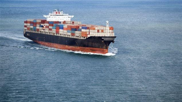 Un barco de transporte comercial