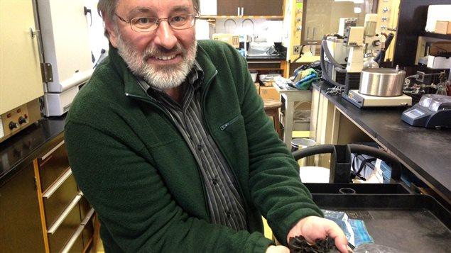 Thierry Chopin dans son laboratoire à l'Université du Nouveau-Brunswick, campus de Saint-Jean