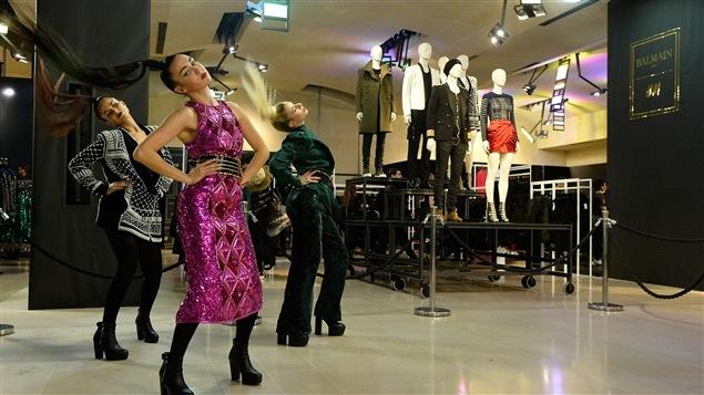 Des danseurs se produisent lors du lancement de la collection BalmainxH