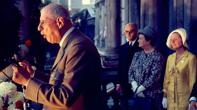 Le général de Gaulle au balcon de l'hôtel de ville de Montréal, en compagnie de son épouse Yvonne, du maire Jean Drapeau et de Marie-Claire Drapeau, le 24 juillet 1967.