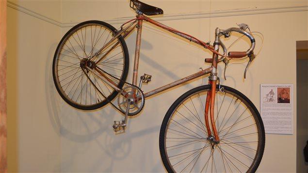 Israel Valderrama viajó en bicicleta desde Medellín, Colombia, pasando por 10 paises, hasta Niagara-on-the-Lake en Ontario para asistir al World Scouting Jamboree de 1955. La bicicleta está actualmente expuesta en la Sociedad Histórica de Niágara.
