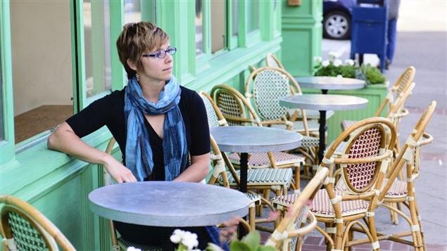 Une femme assise seule à un café