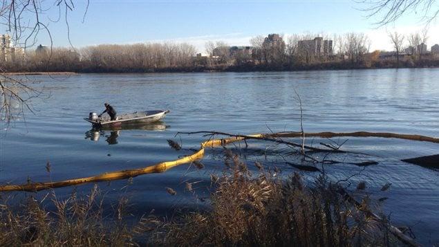 Une mesure d'atténuation mise en place en amont du pont Champlain en vue du déversement d'eaux usées.