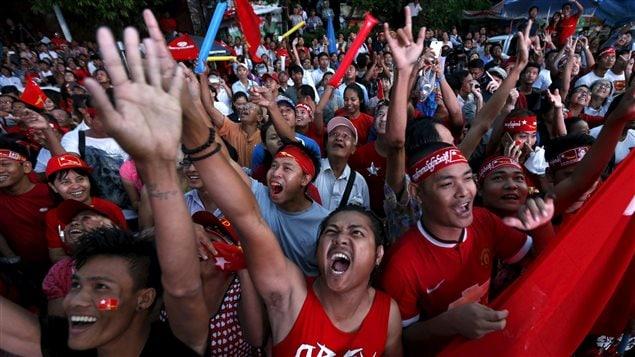 Partidarios de la LND reunidos frente a la sede del partido en Rangún (Yangón) este lunes.
