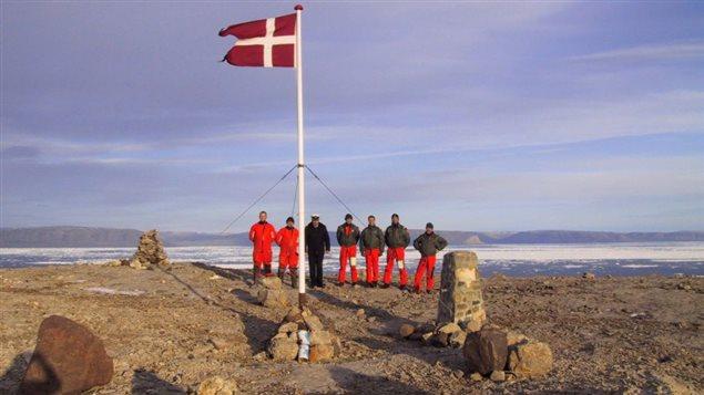 L'équipage d'un navire danois, le Vedderen, sur l'île Hans, en 2002. (Photo: Archives La Presse canadienne)