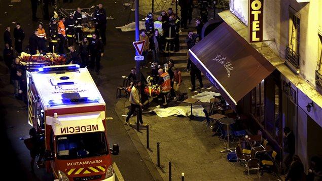 Des premiers répondants travaillent près d'un restaurant qui était l'une des cibles des attentats à Paris