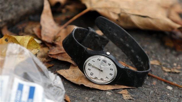 Une montre abandonnée devant le Bataclan