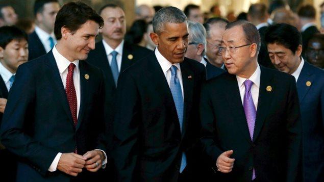 Le premier ministre Justin Trudeau, le président américain Barack Obama et le secrétaire général de l'ONU Ban Ki-moon, de gauche à droite, marchent ensemble au sommet du G20 à Antalya, en Turquie. (Jonathan Ernst / Reuters)