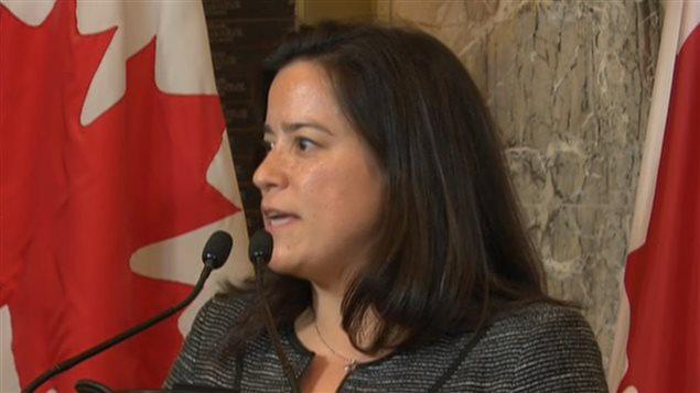 La ministre Jody Wilson-Raybould, annonçant la décision du gouvernement Trudeau sur le niqab.